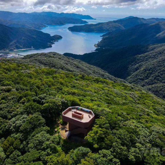 湯湾岳展望公園にある展望台の空撮写真